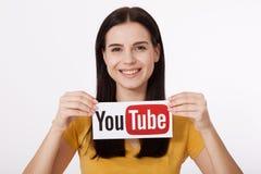 KIJÓW UKRAINA, Sierpień, - 22, 2016: Kobieta wręcza mienie papier z YouTube logotypem drukującym na papierze YouTube jest wideo Zdjęcie Stock