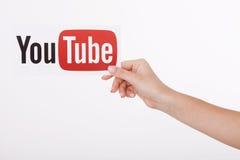 KIJÓW UKRAINA, Sierpień, - 22, 2016: Kobieta wręcza mienie papier z YouTube logotypem drukującym na papierze YouTube jest wideo Obrazy Royalty Free
