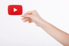 KIJÓW UKRAINA, Sierpień, - 22, 2016: Kobieta wręcza mienie papier z YouTube logotypu ikoną drukującą na papierze YouTube jest wid Obrazy Royalty Free