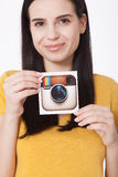 KIJÓW UKRAINA, SIERPIEŃ, - 22, 2016: Kobieta wręcza trzymać Instagram logotypu kamery ikona drukującego papier Jest online wisząc Obrazy Royalty Free