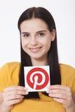 KIJÓW UKRAINA, SIERPIEŃ, - 22, 2016: Kobieta wręcza trzymać Pinterest ikona drukującego papier Jest fotografii udzielenia strona  Zdjęcia Stock