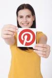KIJÓW UKRAINA, SIERPIEŃ, - 22, 2016: Kobieta wręcza trzymać Pinterest ikona drukującego papier Jest fotografii udzielenia strona  Zdjęcie Stock