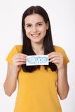 KIJÓW UKRAINA, Sierpień, - 22, 2016: Kobieta wręcza trzymać Skype logotyp drukuje na papierze na popielatym tle Skype jest a Zdjęcie Royalty Free