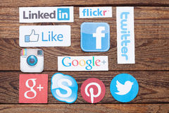 KIJÓW UKRAINA, SIERPIEŃ, - 22, 2015: Kolekcja popularni ogólnospołeczni medialni logowie drukujący na papierze: Facebook, świergo Fotografia Royalty Free
