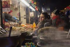Kijów Ukraina, Styczeń, - 01, 2018: Mieszkanowie i turyści przy ulicznym jarmarkiem podczas świętowań Zdjęcia Stock