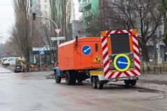 Kijów Ukraina, Styczeń, - 03, 2018: Społeczny usługowy pracowników naprawiać Fotografia Stock