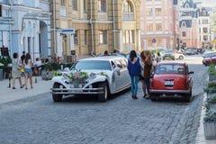 Kijów Ukraina, Wrzesień, - 20, 2015: Luksusowy ślubny samochód i pedestrians Zdjęcie Stock