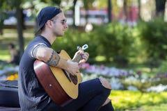 Kijów Ukraina, Wrzesień, - 21, 2017: Młody człowiek bawić się gitarę dalej Zdjęcia Royalty Free