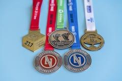 Kijów, Ukraina Wrzesień 2 2018 medali dla biegać na błękitnym tle Promocja zdrowi style życia pięć medali zdjęcie royalty free