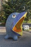 Kijów Ukraina, Wrzesień, - 17, 2015: Rzeźbiona ławka śmieszny błękitny ptak Zdjęcie Stock
