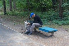 Kijów Ukraina, Wrzesień, - 09, 2015: Starsze osoby obsługują na spacerze w Fotografia Stock