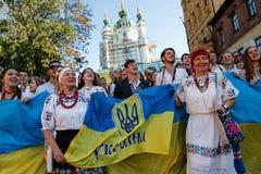 KIJÓW UKRAINA, Wrzesień, - 26, 2015: Marzec w vyshyvankas w w centrum Kijów Zdjęcia Stock