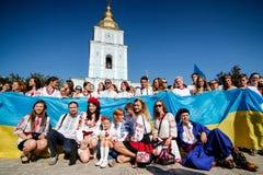 KIJÓW UKRAINA, Wrzesień, - 26, 2015: Marzec w vyshyvankas w w centrum Kijów Zdjęcia Royalty Free
