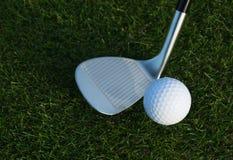 Kij golfowy i piłka golfowa fotografia royalty free