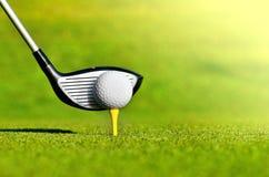 Kij golfowy i piłka na trójniku Fotografia Royalty Free