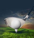 Kij golfowy i piłka w trawie Zdjęcia Royalty Free