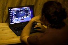 Kij?w, Ukraina 05 12 2019: dziewczyna bawi? si? online grzebaka dla laptopu Illustrative artyku?u wst?pnego obraz stock