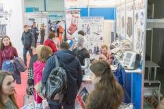 Kij?w, Ukraina Kwiecie? 17 2019 Medyczna wystawa Wystawa ginekologiczny wyposa?enie Go?cie wystawa medyczny zdjęcie stock