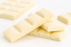Kije biała czekolada na bielu Zdjęcia Stock