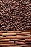 kije cynamonowi ziaren kawy Zdjęcia Royalty Free