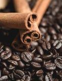 kije cynamonowi ziaren kawy Selekcyjna ostrość Zdjęcie Royalty Free