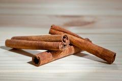 Kije fragrant cynamonu strzał przeciw tłu drewniana powierzchnia Zdjęcia Stock