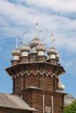 Kiji kyrka på den blåa himlen Arkivbild