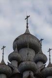 Kiji kyrka på molnhimlen Arkivbilder