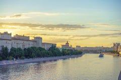 Kijk aan de Rivier van Moskou Stock Foto