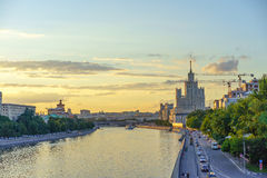 Kijk aan de Rivier van Moskou Stock Afbeeldingen
