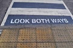 Kijk beide manieren Stock Afbeelding