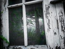Kijk dieper aan een verlaten fabriek royalty-vrije stock foto
