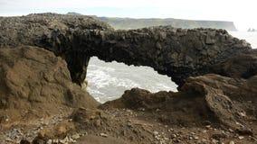 Kijk door het basalt op de oceaan royalty-vrije stock afbeelding