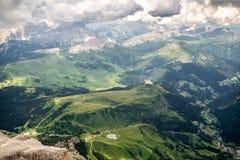 Kijk neer aan de vallei vanaf bovenkant van Piz Boe in het Dolomiet stock afbeeldingen