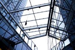 Kijk omhoog aan wolkenkrabber Stock Foto