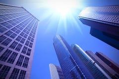 Kijk omhoog moderne stedelijke bureaugebouwen in Shanghai Stock Fotografie