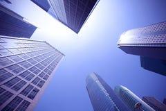 Kijk omhoog moderne stedelijke bureaugebouwen in Shanghai Stock Afbeeldingen