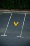 Kijk onderaan lege parkerenvlek met vegetatie Royalty-vrije Stock Foto