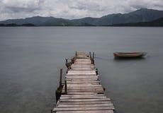 Kijk op pijler en boot royalty-vrije stock foto's