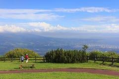 Kijk op Toya-stad die uit Usu -usu-zan berg, Hokkaido, Japan wordt gehad Stock Foto's