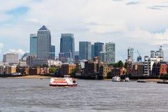 Kijk over de Theems aan Canary Wharf in Londen, het UK Stock Afbeeldingen