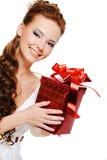 Kijk uit mooie glimlachende vrouw met rode doos Stock Foto