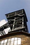 Kijk van de kelderverdieping op de Vitkovice-mijnbouwtoren Royalty-vrije Stock Fotografie