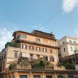 Kijk van onderaan op de daken van Rome royalty-vrije stock afbeeldingen