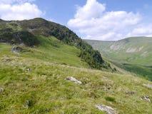 Kijkend aan Zwarte Steile rots door Glencoyne, Lake District Stock Afbeeldingen