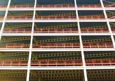 Kijkend in aanbouw upwards mening van de grote moderne commerciële bouw met staalstralen en balken met oranje veiligheidsomheinin royalty-vrije stock foto