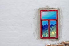 Kijkend aard door een rood venster Stock Fotografie