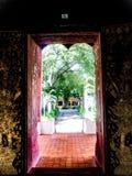 Kijkend buitenvorm binnentempel Thailand Royalty-vrije Stock Fotografie