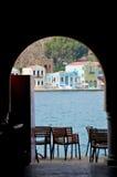 Kijkend door een overwelfde galerij, Kastellorizo, Griekenland Stock Foto