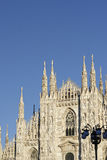 kijkend Duomo-Di Milaan die Milan Cathedral in Italië, met B betekenen Stock Foto's